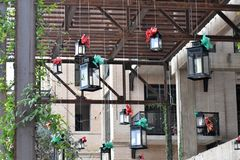 Linternas de la ejecución en el tiempo de la Navidad fotos de archivo libres de regalías