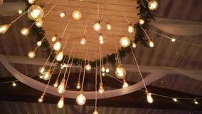 Linternas de la lámpara en el top en interior almacen de metraje de vídeo