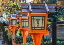 Linternas de madera en Yasaka-jinja en Kyoto Imágenes de archivo libres de regalías