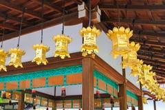 Linternas de oro que cuelgan en la capilla de Kawai-jinja en Kyoto, Japón Imagen de archivo