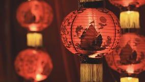 Linternas de papel chinas en la noche