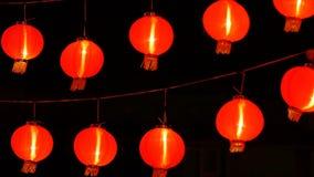 linternas de papel chinas 4K en la noche adornadas para la celebración china del Año Nuevo almacen de metraje de vídeo