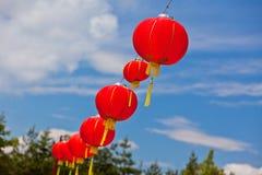 Linternas de papel chinas rojas contra un cielo azul Fotografía de archivo