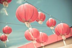 Linternas de papel chinas rojas contra un cielo azul Imagen de archivo libre de regalías
