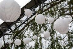 Linternas de papel de la iluminación festiva imágenes de archivo libres de regalías
