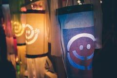 Linternas de papel del estilo tailandés en la noche Foto de archivo