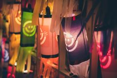 Linternas de papel del estilo tailandés en la noche Imagen de archivo libre de regalías