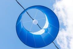 Linternas de papel en el cielo azul Foto de archivo