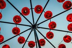 Linternas de papel tradicionales chinas rojas hermosas que ejecución y arreglo en forma del círculo Por Año Nuevo chino y la cele Foto de archivo