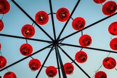 Linternas de papel tradicionales chinas rojas que ejecución y arreglo en forma del círculo Por Año Nuevo chino y la celebración Imágenes de archivo libres de regalías