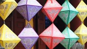 Linternas de papel tradicionales Decoraciones de la pintura populares en Asia metrajes
