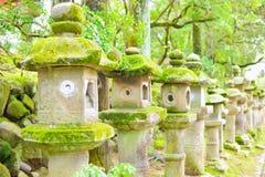 Linternas de piedra viejas en Nara Foco selectivo fotos de archivo