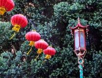 Linternas de San Francisco China Town y luz de calle rojas fotos de archivo libres de regalías