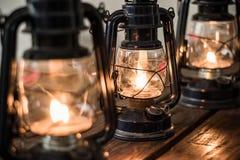 Linternas del aceite en la tabla de madera foto de archivo