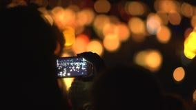 Linternas del agua del tiroteo de la mujer con un teléfono móvil almacen de video