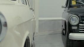 Linternas del coche retro azul, que se colocan en la sala de exposición