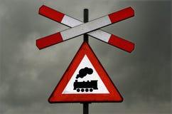 Linternas del cruce ferroviario de la muestra encendido Imagenes de archivo