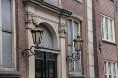 Linternas del estilo del vintage en fachada del edificio holandés viejo imágenes de archivo libres de regalías