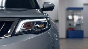 Linternas del primer de un coche blanco moderno del color Detalle en la luz delantera de un coche imagen de archivo libre de regalías
