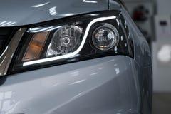 Linternas del primer de un coche moderno Detalle en la luz delantera de un coche imagen de archivo libre de regalías