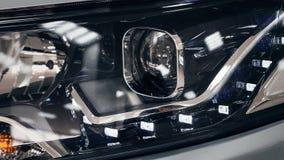 Linternas del primer de un coche moderno Detalle en la luz delantera de un coche Concepto moderno y costoso del coche foto de archivo libre de regalías