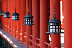 Linternas en la capilla de Itsukushima de Miyajima - Japón Imágenes de archivo libres de regalías