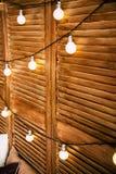 Linternas en una pared de madera foto de archivo