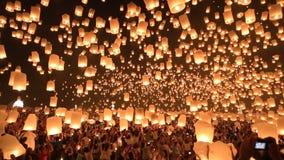 Linternas flotantes en Chiangmai, Tailandia. almacen de metraje de vídeo