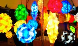 Linternas hechas a mano asiáticas en mercado callejero Imagenes de archivo
