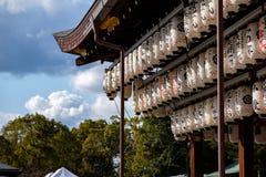 Linternas ligeras de papel con las inscripciones rojas y negras que cuelgan de un templo foto de archivo libre de regalías