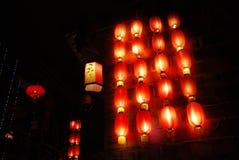 Linternas ligeras y rojas en noche Imagen de archivo libre de regalías