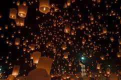 Linternas o globo flotantes en el fondo del cielo Imagen de archivo libre de regalías