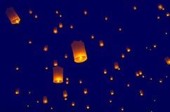 Linternas o globo flotantes en el fondo del cielo Fotos de archivo