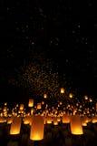 Linternas que vuelan en cielo nocturno Fotos de archivo