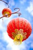 Linternas rojas chinas con el cielo azul Foto de archivo