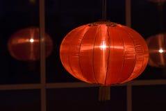 Linternas rojas chinas en la noche por Año Nuevo chino foto de archivo