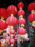 Linternas rojas chinas Encantos afortunados chinos en Chinatown 2015 newyear chino Imagen de archivo libre de regalías