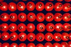 Linternas rojas chinas que cuelgan en calle en la noche para la decoración durante el festival chino del Año Nuevo en Chinatown,  Foto de archivo