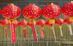 Linternas rojas con las cartas chinas impresas imágenes de archivo libres de regalías
