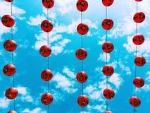 Linternas rojas en el cielo azul Foto de archivo libre de regalías