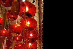 Linternas rojas que cuelgan en techo en Chinatown fotografía de archivo