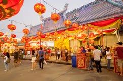 Linternas rojas sobre gente en patio del templo budista del estilo chino Fotos de archivo libres de regalías