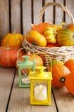 Linternas y calabazas hermosas en la tabla de madera Imagen de archivo libre de regalías