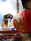 Linternas y estatua chinas del dragón Foto de archivo