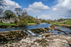 Linton Falla perto de Grassington nos vales e no Linton Falls de Yorkshire Fotos de Stock