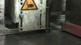 Lintzaag voor metaal Het het vastklemmen mechanisme klemt het metaal vast stock video