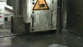 Lintzaag voor metaal Het het vastklemmen mechanisme klemt het metaal vast stock videobeelden