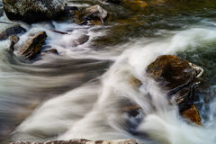 Linville反对岩石的河急流 免版税库存照片