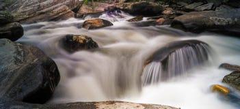 Linville流动反对岩石的河急流 免版税库存图片