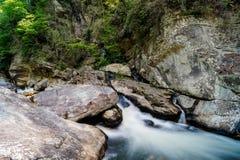 Linville流动在岩石中的河小瀑布 免版税库存图片